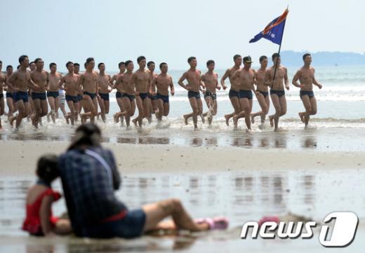 [사진]안면도 해변 달리는 특전사 대원들