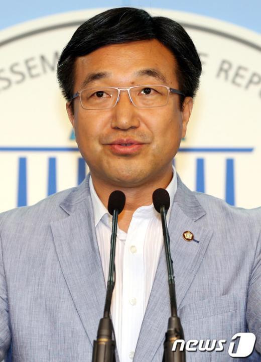 [사진]윤호중 사무총장, 당원명부 유출 관련 브리핑