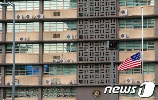 [사진]미 대사관에 게양된 조기