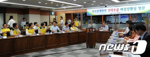 [사진]지식경제위원 전력수급 비상상황실 방문
