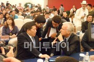8일 오후, 베이징의 중국국가박물관에서 열린 CPG설립 계약식에서 카메룬 감독(오른쪽)이 루웨이 베이징시 부시장과 얘기를 나누고 있다.