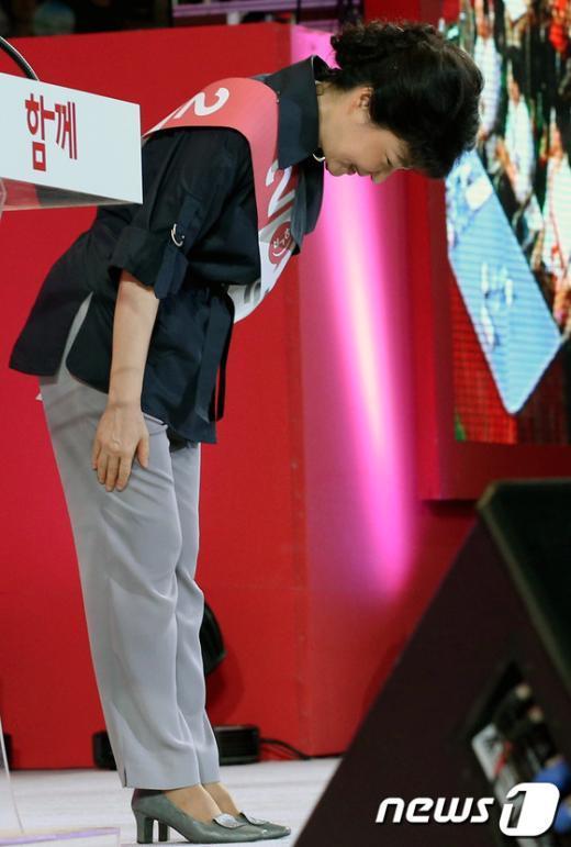 [사진]정견발표 마친 박근혜 후보의 인사