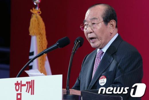 [사진]인사말하는 김수한 위원장