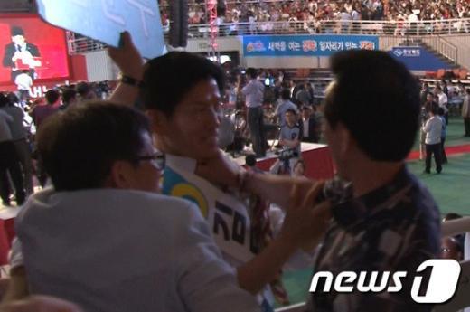 [사진]멱살잡힌 김문수 후보