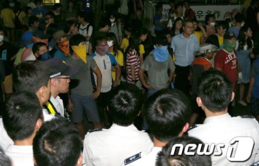 [사진]새누리당사 앞에서 대치하는 쌍용차 범대위와 경찰
