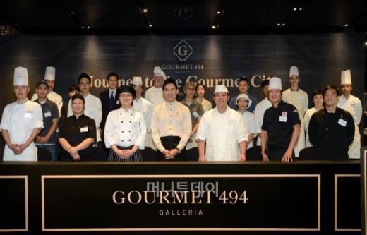 박세훈 한화갤러리아 대표(앞줄 가운데)가 고메494 입점 레스토랑 셰프들과 기념촬영하고 있다.