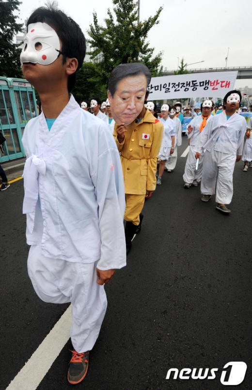 [사진]각시탈에 둘러싸인 노다 日 총리