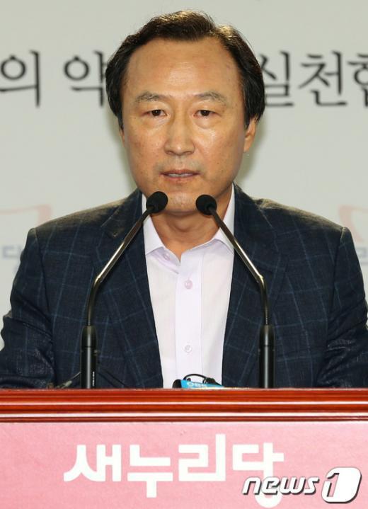 [사진]홍일표 대변인 현안 브리핑
