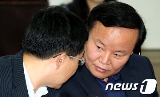 [사진]진상조사위원들의 논의