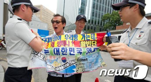 10일 오후 시민단체 활빈단(대표 홍정식)이 서울 종로구 주한일본대사관 앞에서 일본 정부가 이명박 대통령의 독도 방문을 항의한 것에 대해 규탄 시위를 하던 중 경찰의 제지를 받고 있다. ⓒ뉴스1 김성광 인턴기자.