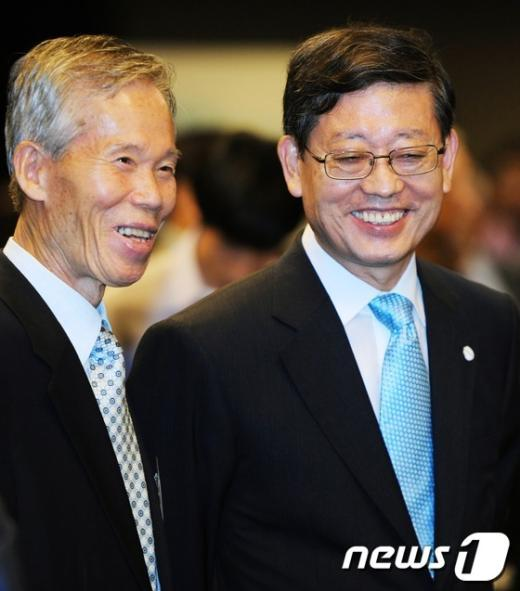 [사진]대화 나누는 김황식 총리