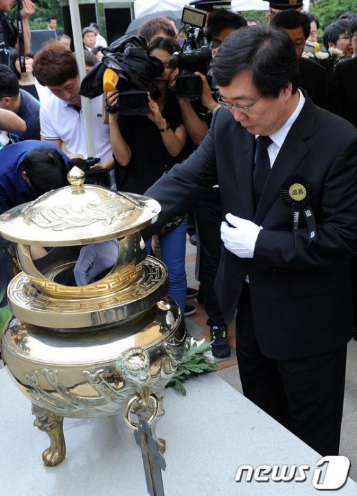[사진]분향하는 김홍업 전 의원
