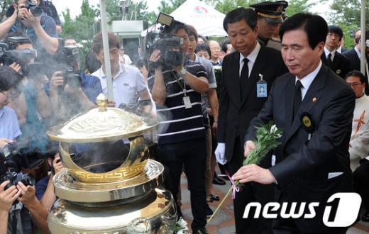 [사진]헌화하는 고흥길 특임장관