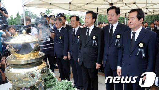 [사진]참배하는 민주통합당 대선 경선 후보들
