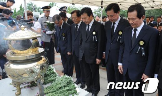 [사진]묵념하는 민주통합당 대선 경선 후보들