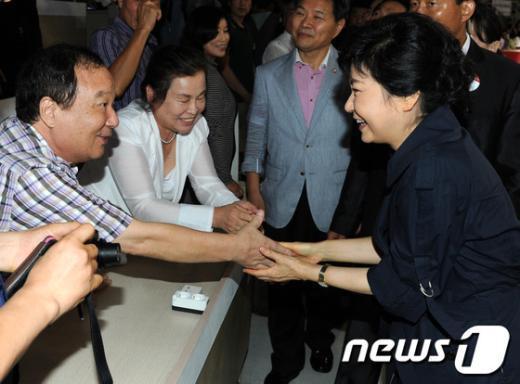 [사진]참석자들과 인사 나누는 박근혜 후보