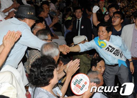 [사진]참석자들과 인사 나누는 김문수 후보