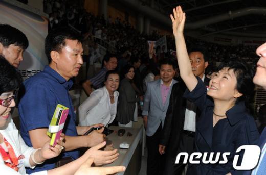 [사진]손 흔들어 인사하는 박근혜 후보