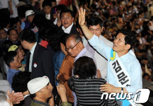 [사진]손 흔들어 인사하는 김문수 후보