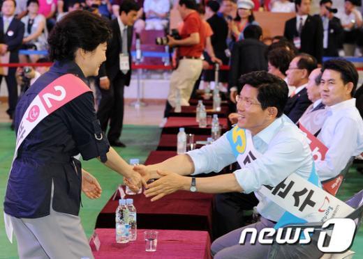 [사진]김문수 후보와 인사 나누는 박근혜 후보
