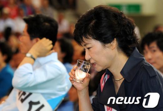 [사진]물 마시는 박근혜 후보