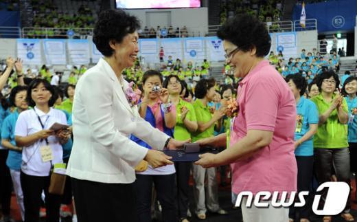 [사진]봉사상 수여하는 차경애 YWCA회장