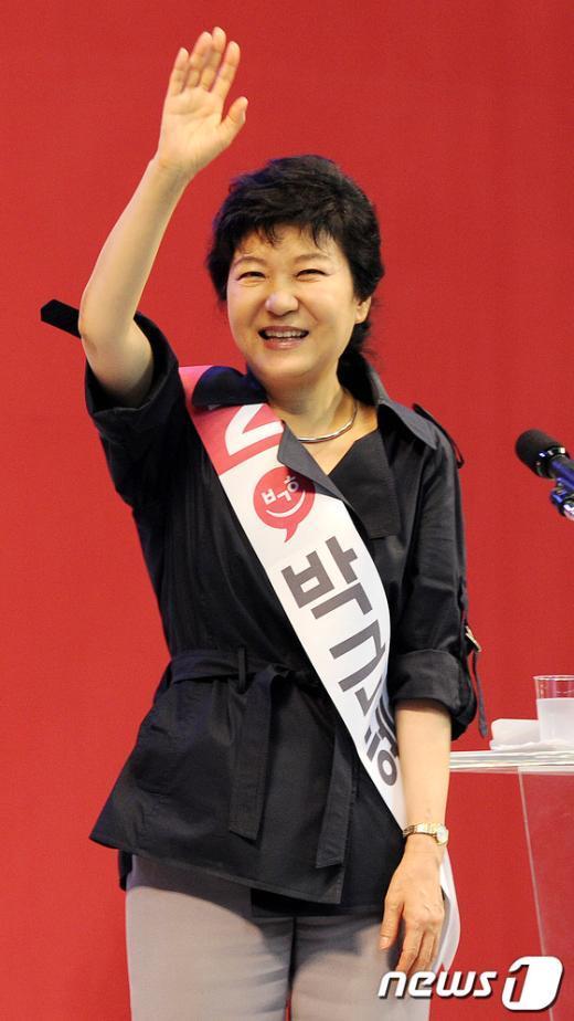 [사진]밝은 미소로 인사하는 박근혜 후보