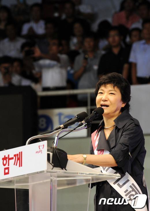 [사진]많은 시선속에 정견발표 하는 박근혜 후보