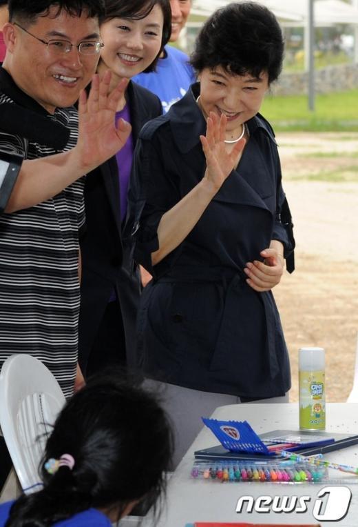 [사진]박근혜 '동심 인사'