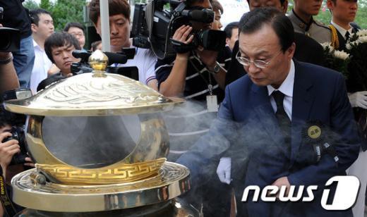 [사진]헌화하는 이해찬 대표
