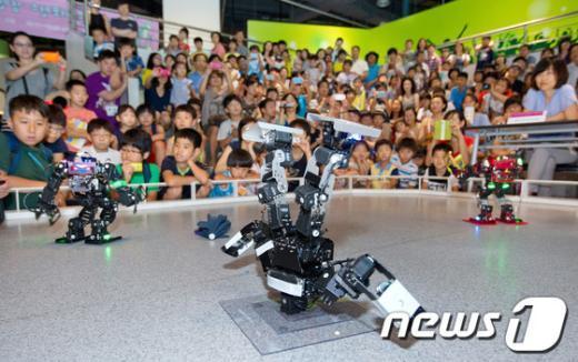 [사진]힙합댄스 선보이는 로봇 삼총사