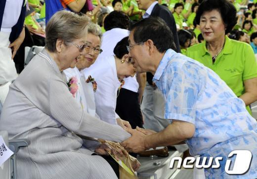 [사진]YWCA 원로 회원들과 인사 나누는 박원순