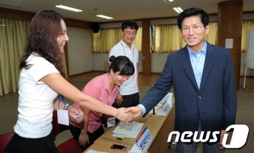 [사진]선관위 관계자들과 인사나누는 김문수 후보