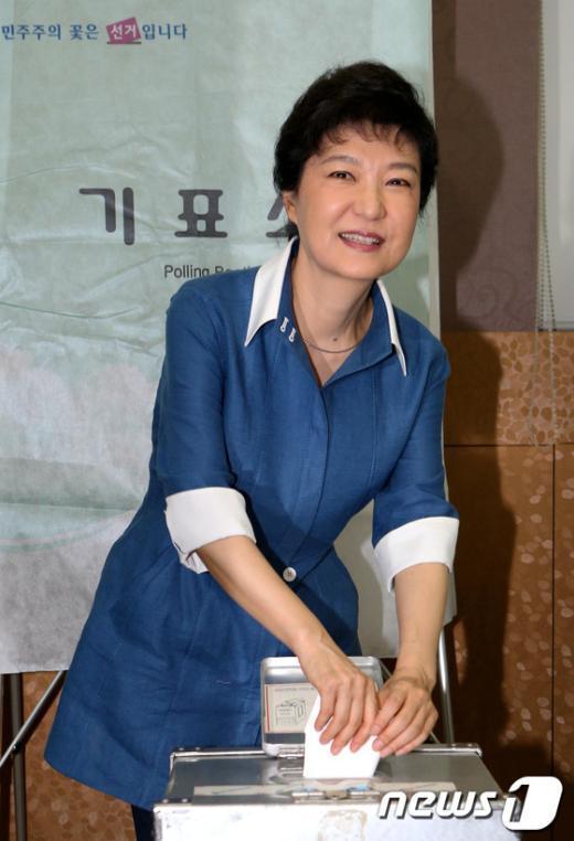 [사진]투표하는 박근혜 후보