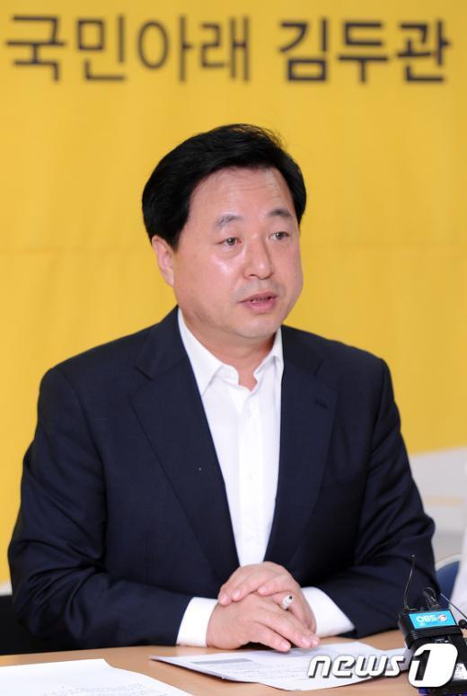 [사진]김두관, 징병제 폐지 공약 발표