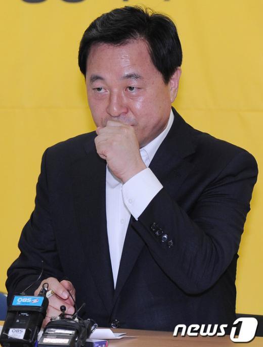 [사진]기침하는 김두관 후보