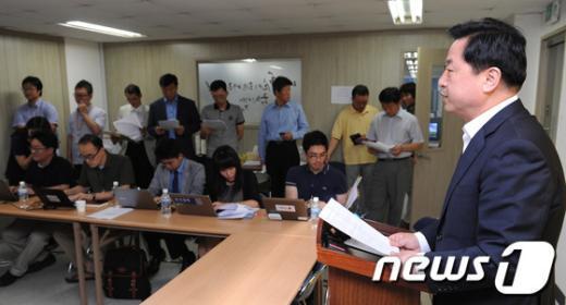[사진]기자회견하는 김두관 후보