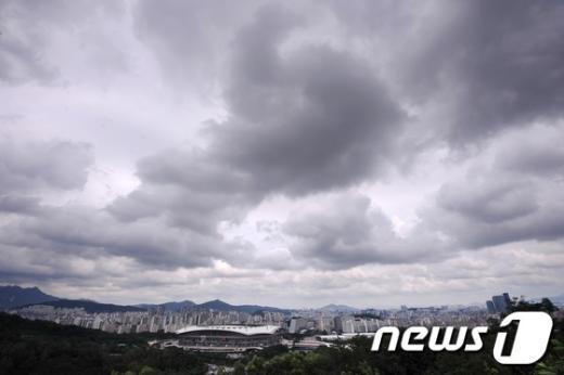 [사진]먹구름 뒤덮인 서울 도심