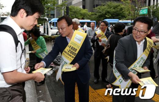 [사진]홍보물 나눠주는 이해찬-박지원