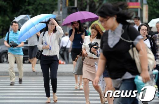 [사진]가을장마 시작, '우산 들고 쓰고'