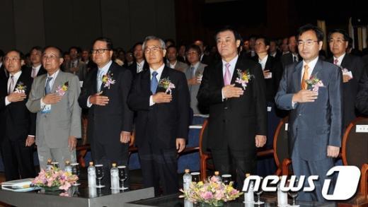 [사진]변호사대회 국민의례하는 내빈들