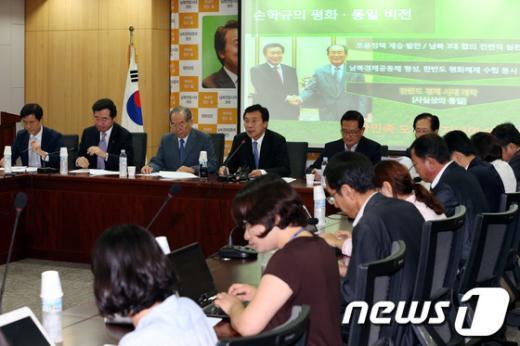 [사진]남북관계 개선 관련 정책발표하는 손학규