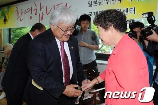 [사진]할머니들과 인사하는 마이클 혼다 의원