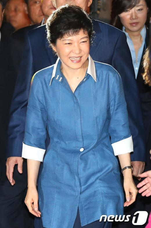 [사진]전당대회 참석하는 박근혜