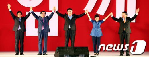 [사진]손 맞잡은 새누리당 대선경선 후보자들
