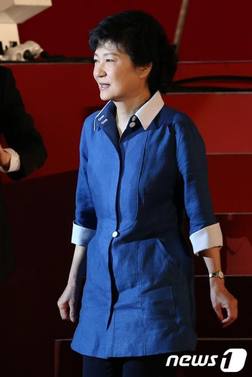 [사진]무대에서 내려오는 박근혜 후보