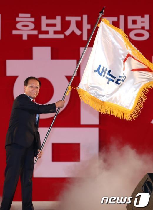 [사진]당기 흔드는 황우여 대표