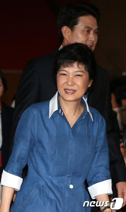 [사진]대회장으로 들어오는 박근혜 후보