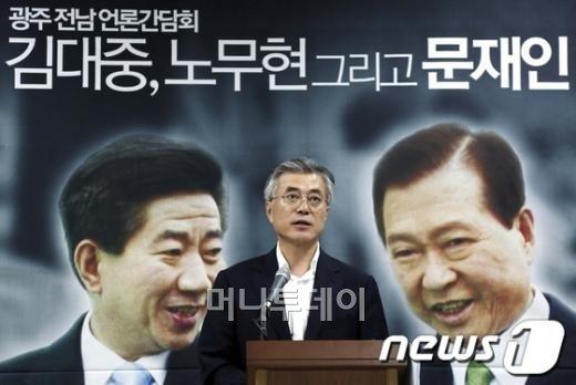 """문재인, 지역공약 한아름 """"난 호남의 정치적 아들"""""""
