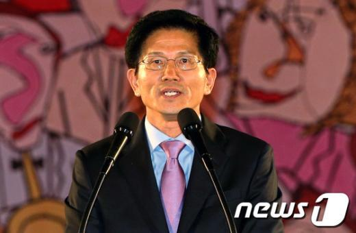 [사진]축하 인사하는 김문수 후보